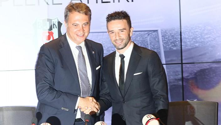 Gökhan Gönül joins Beşiktaş with signing ceremony at Vodafone Arena