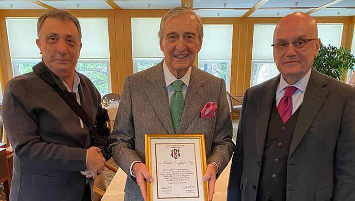 Başkanımız Ahmet Nur Çebi, Rahmi Koç'a 60. Yıl Üyelik Mazbatasını Takdim Etti